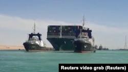 """Kapal Kontainer """"Ever Given"""" ketika mulai bergerak kembali di Terusan Suez, Senin (29/3)."""