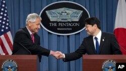 미국의 척 헤이글 국방장관(왼쪽)과 일본의 오노데라 이쓰노리 방위상이 29일 미국 국방부에서 공동기자회견을 마치고 악수하고 있다.