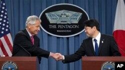 4月29日美国国防部长哈格尔与日本防卫大臣小野寺五典在美国防部举行的联合记者会上握手