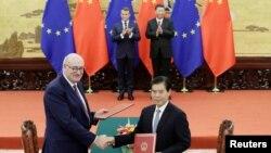Ủy viên Thương mại Phil Hogan bắt tay với vị đồng cấp trung quốc Zhong Shan trước sự chứng kiến của Chủ tịch TQ Tập Cận Bình và TT Pháp Emmanuel Macron tại lễ ký kết ngày 6/11/2019