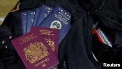 Hộ chiếu Hải ngoại Anh (BNO) và Hộ chiếu Đặc khu Hong Kong của Trung Quốc trên hành lý của gia đình họ Lai trước khi họ đi định cư ở Scotland. Ảnh chụp ở Hong Kong, ngày 17/12/2020. REUTERS/Tyrone Siu