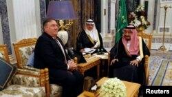 Vua Ả Rập Saudi Salman bin Abdulaziz Al Saud tiếp Ngoại trưởng Mỹ Mike Pompeo tại Riyadh ngày 16/10/2018.