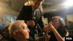 Момент вручения награды. Слева направо: Эрнст Неизвестный, Билли Болдуин и Анна Грэм. Photo: Oleg Sulkin
