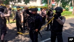 Polisi di lokasi ledakan bom di gereja Santa Maria di Surabaya, Minggu, 13 Mei 2018.