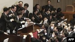 Thỏa thuận tự do thương mại với Hoa Kỳ đã gây nhiều tranh cãi tại Nam Triều Tiên, nơi đã xảy ra bạo động tại phòng họp quốc hội.
