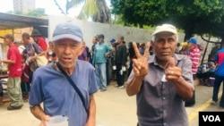 José Amaya (izquierda) y José Trinidad Molero (derecha) son algunos de los beneficiados por este comedor gratuito.
