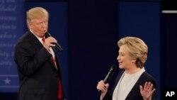 Ứng cử viên tổng thống Đảng Cộng hòa Donald Trump (trái) và ứng cử viên tổng thống Đảng Dân chủ Hillary Clinton đối đáp trong cuộc tranh luận tổng thống lần 2 tại Đại học Washington ở St. Louis, 9/10/2016.