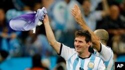 Người Argentina đang lo lắng rằng Messi không thể nào sánh được với Maradona đầy uy lực tại World Cup 1986 ở Mexico.