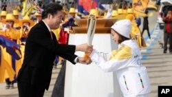 Thủ tướng Hàn Quốc Lee Nak-yon trao đuốc Olympic cho nhà vô địch You Young, người rước đuốc đầu tiên, 1/11/2017