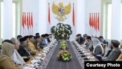Presiden Joko Widodo menerima kunjungan Majelis Tinggi Perdamaian Afghanistan yang dipimpin langsung ketuanya Mohammad Karim Khalili di Istana Bogor, Selasa, 21 November 2017. (Foto courtesy: Biro Pers Kepresidenan RI)