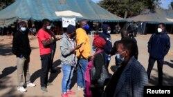FILE PHOTO: Abanye abantu abafuna ukuhlatshwa ijekiseni yokuzivikela kumkhuhlane weCOVID-19. REUTERS/Philimon Bulawayo/File Photo