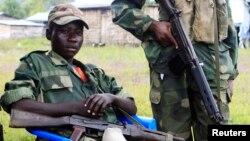 Des enfants-soldat du M23 près d'un poste de contrôle à Kanyaruchinya, à 3 km au nord de Goma dans le Nord-Kivu, le 15 mai 2013 (Reuters/James Akena)