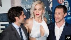 جنیفر لورنس در میان اسکار ایزاک (چپ) و جیمز مکآووی بازیگران فیلم «ایکس من»