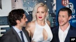 Oscar Isaac, Jennifer Lawrence y James McAvoy participaron de una alfombra roja durante el estreno de la cinta en Londres.