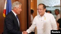 President Filipina Aquino menyalami Menhan AS Chuck Hagel di Istana Malacanang Manila (30/8). AS dan Filipina sepakat memperkuat kerjasama pertahanan kedua negara.