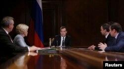 دیمیتری مدودف، نخست وزیر روسیه، (وسط) رياست نشست گازی روسیه و چين را بر عهده دارد