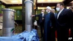 Presiden Iran Hassan Rouhani, kedua dari kanan, mendengarkan penjelasan kepala Badan Energi Atom Iran Ali Akbar Salehi saat mengunjungi fasilitas nuklir baru Iran di Teheran (10/4).