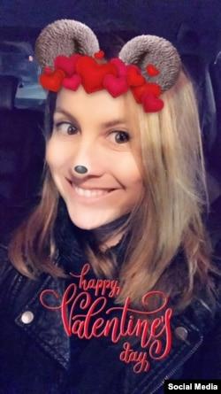 Otro filtro de Snapchat para el Día de San Valentín en esta imagen de usuaria. Cortesía: Celia Mendoza, VOA.