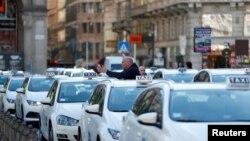 全球抗疫行動一覽 - 央行聯手及社會活動暫停, 圖為米蘭出租車沒客人。