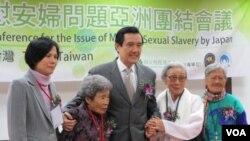 台湾总统马英九和来自于台湾韩国菲律宾的慰安妇阿嬷合影(美国之音张永泰拍摄)