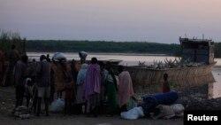Cư dân chạy lánh nạn chiến tranh ở quận Bor tới cảng Minkaman, bang Lakes, Nam Sudan, ngày 14/1/2014.
