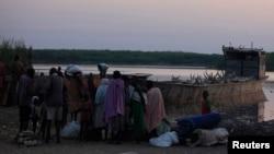Para pengungsi dari Bor tiba di Awerial, negara bagian Lakes di Sudan Selatan (14/1). (Reuters/Andreea Campeanu)