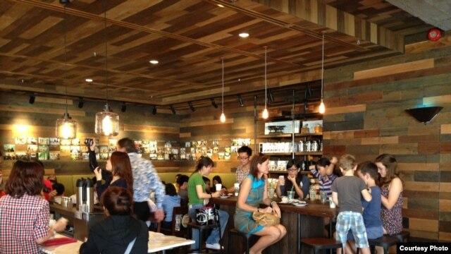 Cửa hàng Starbucks đầu tiên ở Việt Nam (Ảnh: Lan Vy)