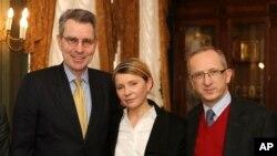 ယူကရိန္းဝန္ႀကီးခ်ဳပ္ေဟာင္းနဲ႔ အတုိက္အခံ မစၥ္ Yulia Tymoshenko (လယ္)၊ အေမရိကန္သံအမတ္ Geoffrey R. Pyatt (ဝဲ) နဲ႔ ယူကရိန္းဆုိင္ရာ EU သံအမတ္ Jan Tombinski (ယာ)