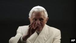 教宗本篤十六世在元旦舉行彌撒後祝福信徒