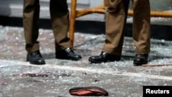 کفش برجای مانده یکی از قربانیان در یکی از کلیسایی که صبح روز یکشنبه یکم اردیبهشت در سریلانکا مورد انفجار قرار گرفت