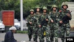 Anggota pasukan keamanan Tiongkok melakukan patroli di jalanan Urumqi (foto dokumentasi).