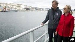 Ngoại trưởng Clinton (phải) nói chuyện với Viện trưởng Đại học Tromso trong chuyến tham quan khu vực duyên hải trên tàu Helmer Hassen, chiếc tàu dùng cho công tác nghiên cứu vùng Bắc cực hôm 2/6/12