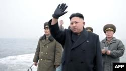 朝鲜领袖金正恩与他的军事顾问在一起