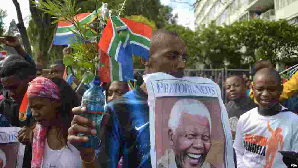 Banderes y carteles saludan el cortejo fúnebre de Nelson Mandela. [Foto: Ramón Taylor, VOA].