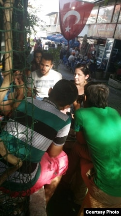 Gazeteciler İzmir'de Yunanistan'a gitmeyi planlayan göçmenlerle görüşüyor (Foto: Esin Ayabaki)