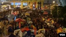 金鐘佔領區全面清場前最後一晚,大批市民回到雨傘廣場參與集會 (美國之音湯惠芸拍攝)