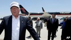 도널드 트럼프 미국 대통령 당선인(왼쪽)이 후보 시절인 지난해 7월 텍사스 주의 멕시코 접경 도시 라레도를 방문했다.