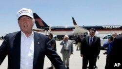 Kandidat Capres AS Donald Trump setibanya di bandara dalam kunjungannya di Laredo, Texas yang dekat dengan perbatasan Meksiko (23/7).