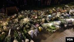 香港民眾11月9日晚在添馬公園舉行集會,悼念不幸去世的香港科技大學學生週梓樂。不少民眾獻上黃色和白色菊花表示哀思。(美國之音鬱崗拍攝)