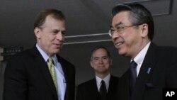 24일 일본을 방문한 글린 데이비스 미 대북정책 특별대표(왼쪽)가 스기야마 신스케 일본 외무성 아시아대양국장과 악수하고 있다.