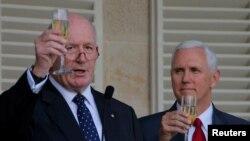 Wapres AS Mike Pence (kanan) dan Gubernur Jenderal Australia Peter Cosgrove saling bersulang dalam resepsi jamuan makan siang untuk para anggota militer Australia dan AS di Admiralty House, Sydney, Australia, 22 April 2017. (REUTERS/Jason Reed).