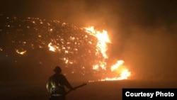 正在救火的科尔顿市消防员
