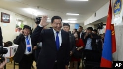 Presidential candidate opposition Mongolian People's Party lawmaker Baterdene Badmaanyambuu waves at the no 9. polling station of the Chingeltei district in Ulan Bator, Mongolia, June 26, 2013.