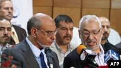Ông Rachid Ghannouchi (phải) lãnh đạo đảng Hồi giáo Ennahda nói chuyện với Tổng thư ký Hamadi Jbeli tại một cuộc họp báo ở Tunis