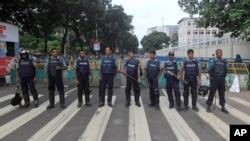 Petugas Bangladesh berjaga di jalanan kota Dhaka saat berangsungnya pemogokan umum di negara itu (27/10).