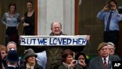 Hàng ngàn người đứng dọc đường phố trung tâm thủ đô London để tiễn đưa cựu Thủ tướng Anh Margaret Thatcher lần cuối.
