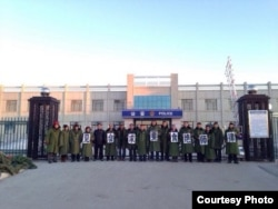 在拘留所外绝食坚守的维权律师和声援公民(网络图片)
