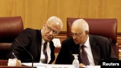 Prensipal negosyatè palestinyen an, Saeb Erekat (goch), ap pale avèk Sekretè Jeneral Lig Arab la, Nabil el-Araby, pandan yon rankont nan Lekèr nan dat 11 out 2014 la.