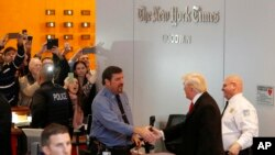 """Donald Tramp rukuje se sa čuvarom u zgradi """"Njujork tajmsa"""" posle sastanka sa uredničkim kolegijumom uglednog dnevnog lista"""