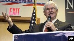 El ex lider de la Casa de Representantes, Newt Gingrich, habla en Cramerton, Carolina del Norte. Este miércoles anunció que prepara su retiro de la contienda.